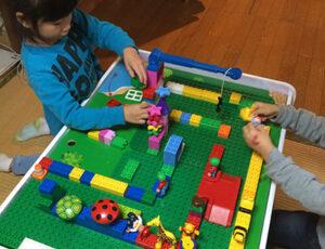 レゴで遊ぶ子